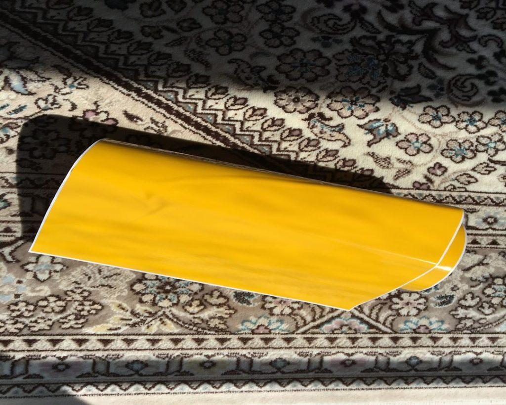 黄色いステッカー